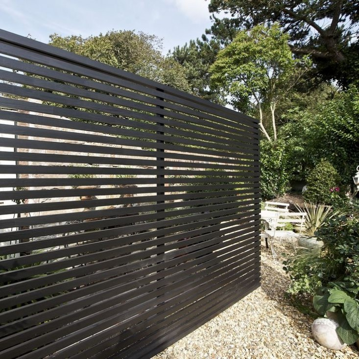 Modern black fences simplequietmodern for Horizontal garden screening